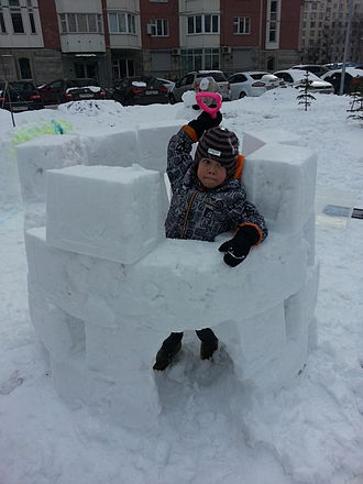 Snow fort - Little snow fort build with a plastic tub (Moscow, Russia)