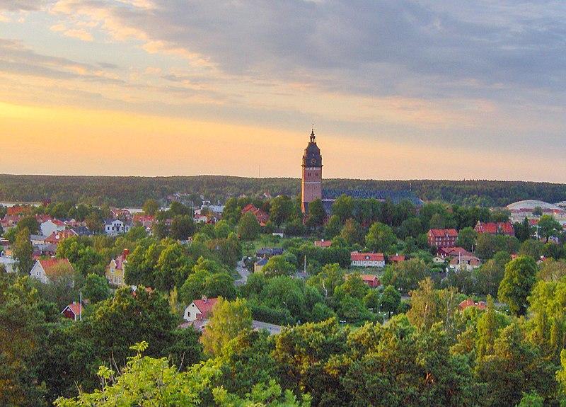 Strängnäs med domkyrkan, från Långberget som omger staden i söder och väster.