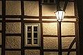 Straßenbeleuchtung vor einem Fachwerkhaus.jpg