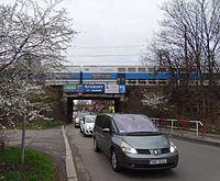 Strašnická, V korytech, podjezd a vlak.jpg
