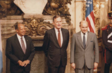 Cavallo with George H. W. Bush and Terence Todman in the Casa Rosada. Terence Todman, George H W Bush and Domingo Cavallo 01.png