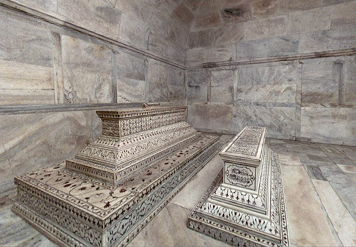 The actual tombs of Mumtaz Mahal and Shah Jahan in the lower level.