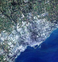 Immagine a colori di Toronto ripresa dal satellite della NASA Landsat 7 nel 2004.