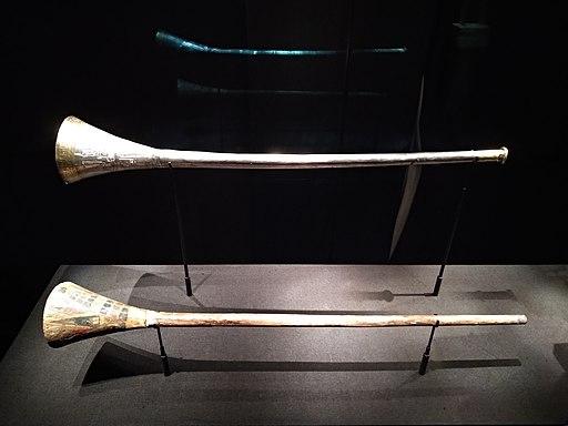 Trompette d'argent et sa sourdine en bois du tombeau de Toutânkhamon 2