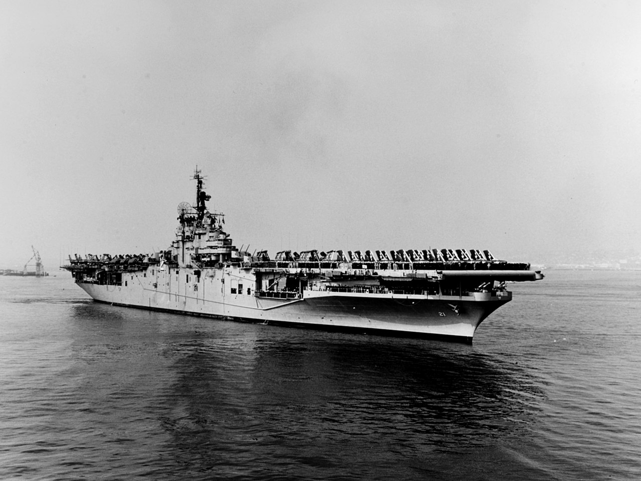 https://upload.wikimedia.org/wikipedia/commons/thumb/b/bf/USS_Boxer_%28CVA-21%29_in_port_in_1954.jpg/1280px-USS_Boxer_%28CVA-21%29_in_port_in_1954.jpg
