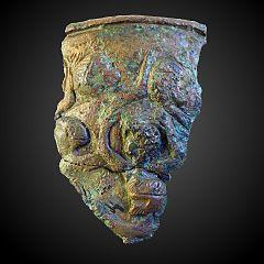 fragment de vase décoré de personnages en relief