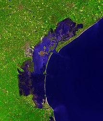 Pellestrina, Lido di Venezia und Litorale del Cavallino vor der Lagune von Venedig (von unten nach oben rechts)