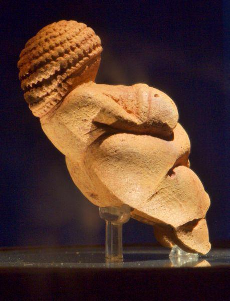 Venus von Willendorf von der Seite (Wikipedia)