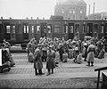 Vertrek van het schip Groote Beer met militairen in gezelschap Bombe het insche, Bestanddeelnr 903-3097.jpg