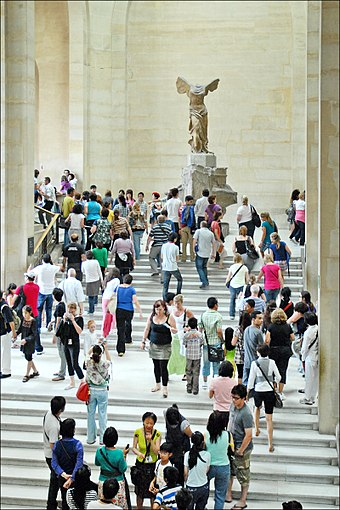 Tourists from around the world make the Louvre the most-visited art museum in the world. Visiter le Louvre en ete ! (4787187477).jpg