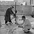 Voorbereiding tentoonstelling in Stedelijk Museum, Bestanddeelnr 912-1980.jpg