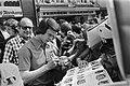 WK voetbal 1974 Jurgen Sparwasser (DDR) geeft handtekeningen bij het hotel in R, Bestanddeelnr 927-2856.jpg
