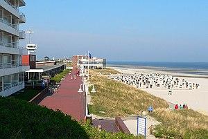 Wangerooge mit Strandpromenade in Richtung Kurzentrum