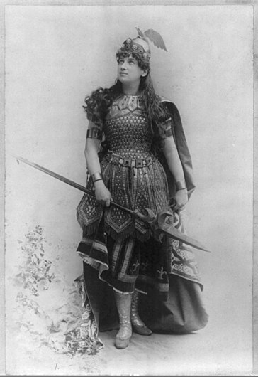 Woman dressed as Wagnerian heroine, Burnhilde LCCN2004678786.jpg
