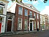 foto van Herenhuis met fronton en balkonnetje boven de ingang