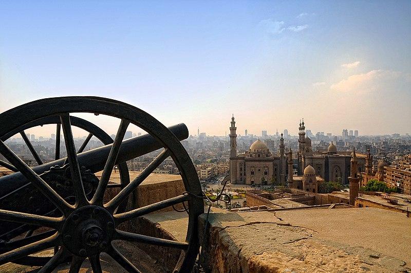 Мечеть ар-Ріфаї (справа) і Мечеть султана Хасана (зліва) з Каїрської цитаделі, Єгипет. Автор фото — Mohamed kamal 1984, ліцензія CC-BY-SA-4.0