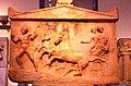 02 2020 Grecia photo Paolo Villa FO190092 bis (Museo archeologico di Atene) Amfiglifo votivo con bassorilievi, in marmo pentelico NAMA 1783 (dettaglio latoB ), tarda Arte Classica Greca ca.410 a.C., con gimp.jpg