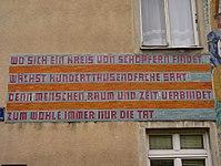 1160 Pfennigfeldgasse 4a - Sgraffitowandbild 100.000 neue Wiener Gemeindewohnungen von Otto Rudolf Schatz 1957 - Inschrift IMG 1816.jpg