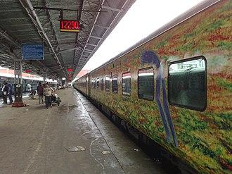 Duronto Express - Image: 12290 Nagpur Duronto Express at Mumbai CST station