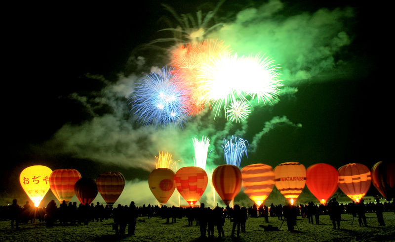 800px-2006_Ojiya_balloon_festival_night_012