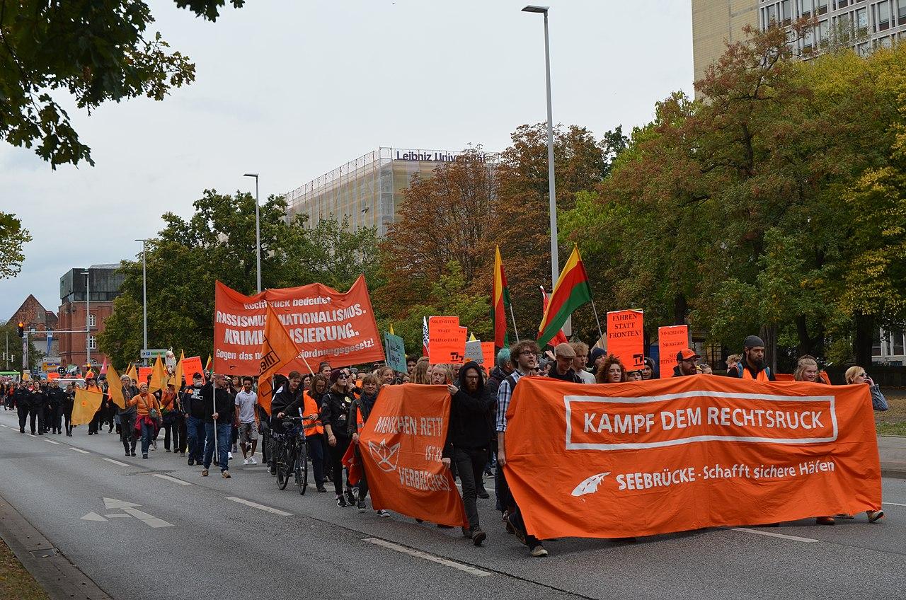 2018-09-22 Seebrücke – Schafft sichere Häfen, Demonstration in Hannover (101).jpg