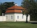 AT-68612 Pförtnerhaus links und rechts - Eingang Südseite Belvedere Wien 01.JPG