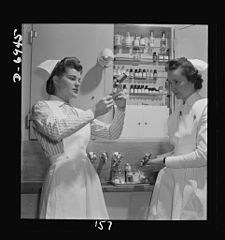 A graduate nurse watches student Susan Petty 8b07713v.jpg
