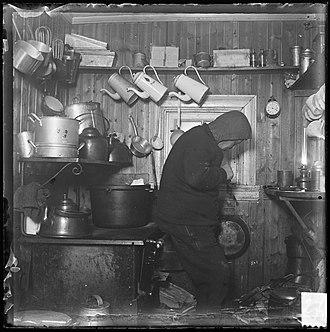 Adolf Lindstrøm - Image: Adolf Lindstrøm i Framheims kjøkken, 1911 (7654805434)