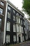 foto van Dubbel huis met gevel met geblokte hoeklisenen daklijst met balustrade, ingangspartij en getoogde vensters