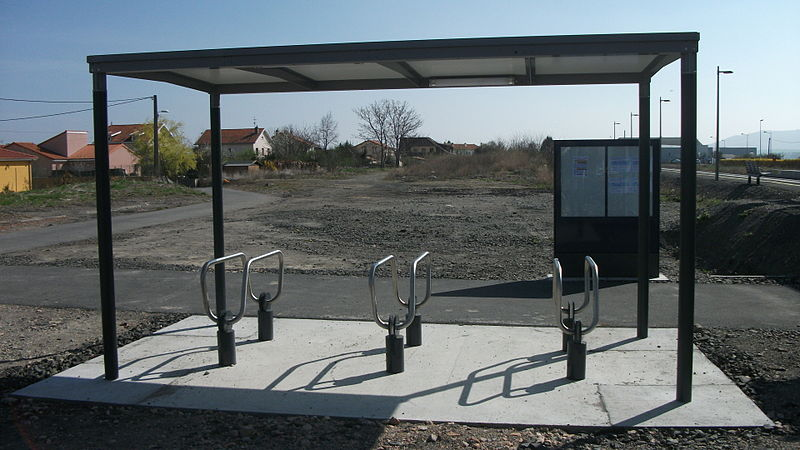 File:Aulnat Aéroport Gare - Abri vélos.JPG