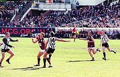 El fútbol australiano se desarrolló en Victoria a fines de la década de 1850 y es jugado a nivel profesional y amateur. Es el deporte de expectación más popular de Australia en términos de asistencia anual y cantidad de socios en clubes.