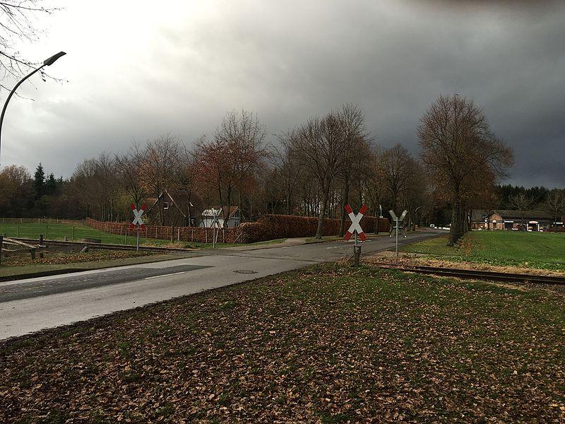 File:Bahnövergang in Barchel.jpg