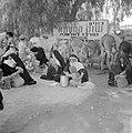 Bedoeïenenvrouwen in traditionele klederdracht met kinderen op de markt terwijl , Bestanddeelnr 255-3449.jpg