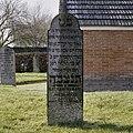 Beschadigde grafsteen, links voor baarhuisje - Leek - 20367463 - RCE.jpg