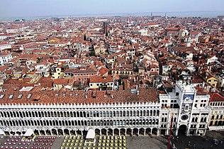 Blick vom Campanile auf die Prokuratien und das Sestiere San Marco - panoramio.jpg
