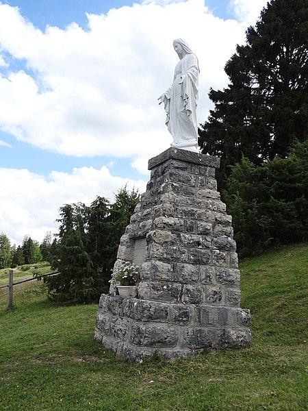 Bonnevaux (Doubs) - vierge dominant le village, offerte par la famille Lucas en 1947 en remerciement du fait que tous les hommes du village étaient rentrés sains et saufs de la guerre de 1939-1945 (panneau explicatif à la sortie du village)
