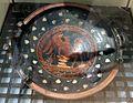 Bottega del pittore di dario o del pittore dell'oltretomba, piatto con eros androgino, stile gnathia, 320-310 ac ca, da tomba 8-1911 a timmari.jpg