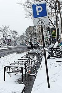 Boulevard de Ménilmontant (Paris), arceaux à vélo sous la neige 02.jpg