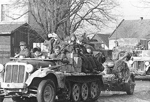 https://upload.wikimedia.org/wikipedia/commons/thumb/c/c0/Bundesarchiv_Bild_183-H26408%2C_R%C3%BCckzug_deutscher_Truppen_auf_Breslau.jpg/300px-Bundesarchiv_Bild_183-H26408%2C_R%C3%BCckzug_deutscher_Truppen_auf_Breslau.jpg