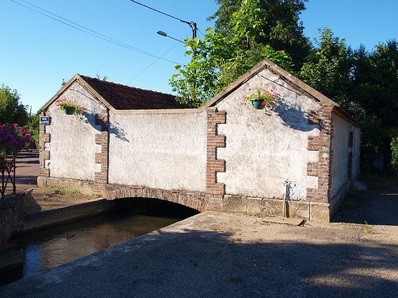 Cézy (Yonne, France); lavoir sur une branche du Vrin des Marchands, rue des Buttes.