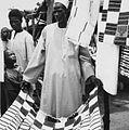 COLLECTIE TROPENMUSEUM Een Mossi marktkoopman toont de doeken die hij verkoopt TMnr 20010611.jpg