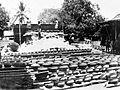 COLLECTIE TROPENMUSEUM Het drogen van potten op een pottenbakkerij TMnr 10014170.jpg
