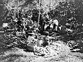 COLLECTIE TROPENMUSEUM Vrouwen slaan na de oogst cacaovruchten open op onderneming Assinan residentie Semarang Midden-Java TMnr 10012248.jpg