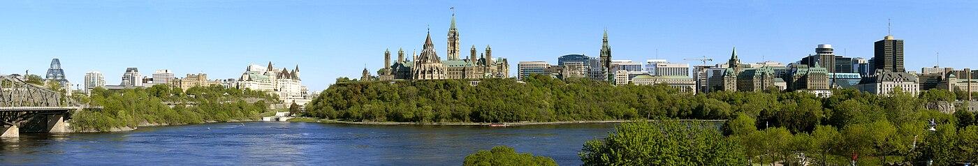 תצלום פנורמי של עיר הבירה אוטווה. מצד ימין: בנין בית-המשפט העליון. במרכז: בניני הפרלמנט. מצד שמאל: הגשר המוביל מאונטריו לקוויבק (לצפייה הזיזו עם העכבר את סרגל הגלילה בתחתית התמונה)