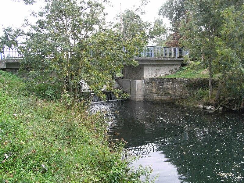 Pont du Moulin Neuf sur le Canal du Mignon dans le Marais Poitevin en France.