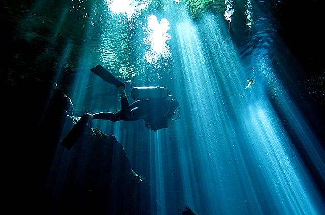 Gerätetaucher in einer Unterwasserhöhle image source