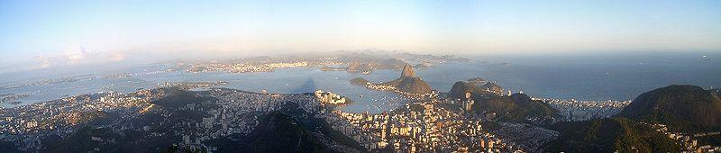 Vista de 180 graus de cima do Cristo Redentor, é possível observar o Pão de Açúcar e a Baía de Guanabara, com a Enseada de Botafogo ao centro.