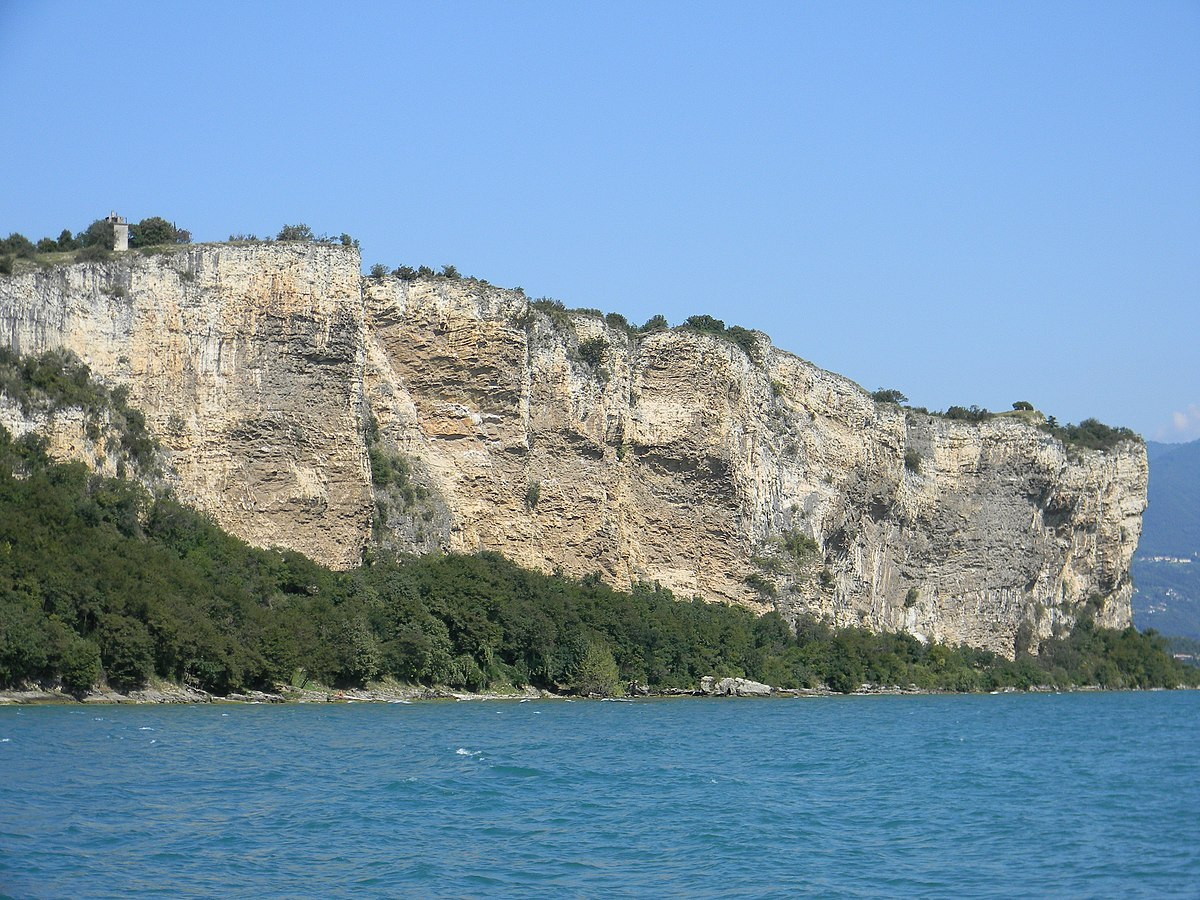 Nekropole von manerba del garda wikipedia for Lake front view