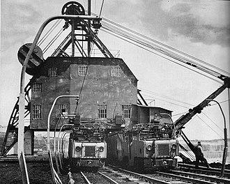 Yallourn 900mm Railway - Image: Coal dredge and train yallourn