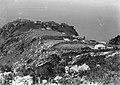 Collectie Nationaal Museum van Wereldculturen TM-10021155 Dorpsgezicht op een landtong op Saba Saba -Nederlandse Antillen fotograaf niet bekend.jpg